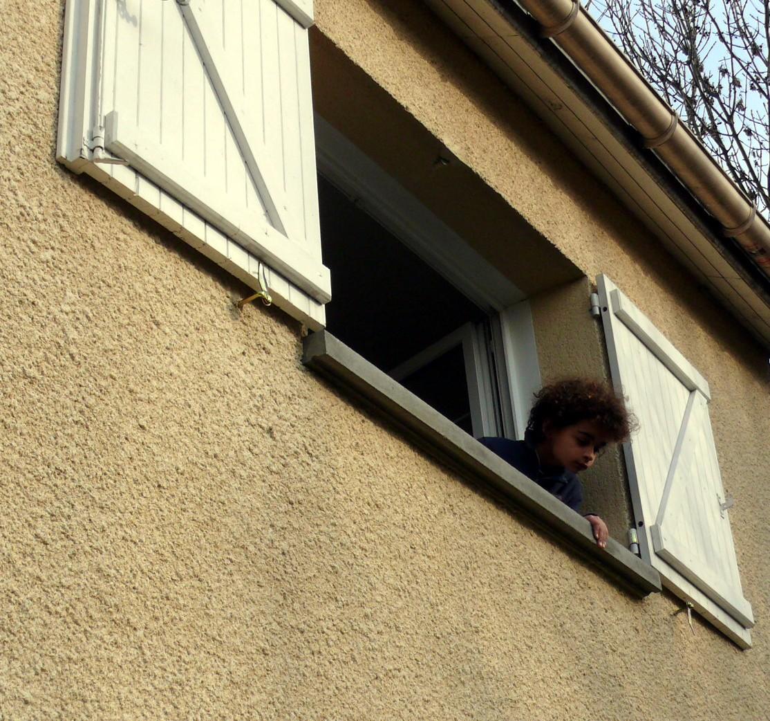 Photos de situations dangereuses apprendre porter for Par la fenetre feydeau