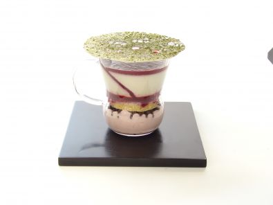 L'art culinaire selon Jocelyn Meurant : verrine de mousse fraise avec biscuit pain de Gênes, gélifié de cerise et panacotta au thé Sakura (thé parfumé japonais aux cerises)